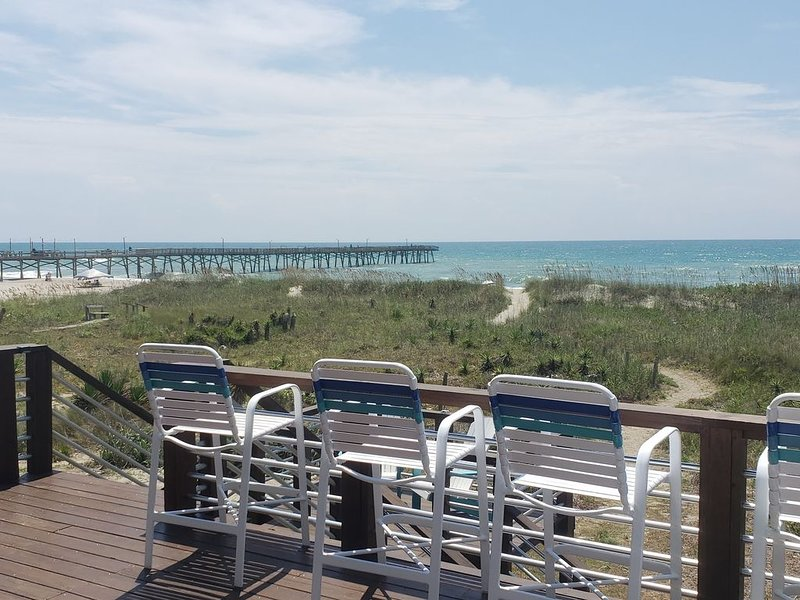 DIRECT OCEANFRONT Duplex with large 3 level deck next to Oceanana Fishing Pier., vacation rental in Atlantic Beach