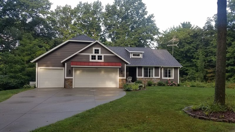 New 2019, Grill, Hot Tub, firepit, Trails, 3.3 Acres - Just 4 Mi From Saugatuck!, vacation rental in Allegan
