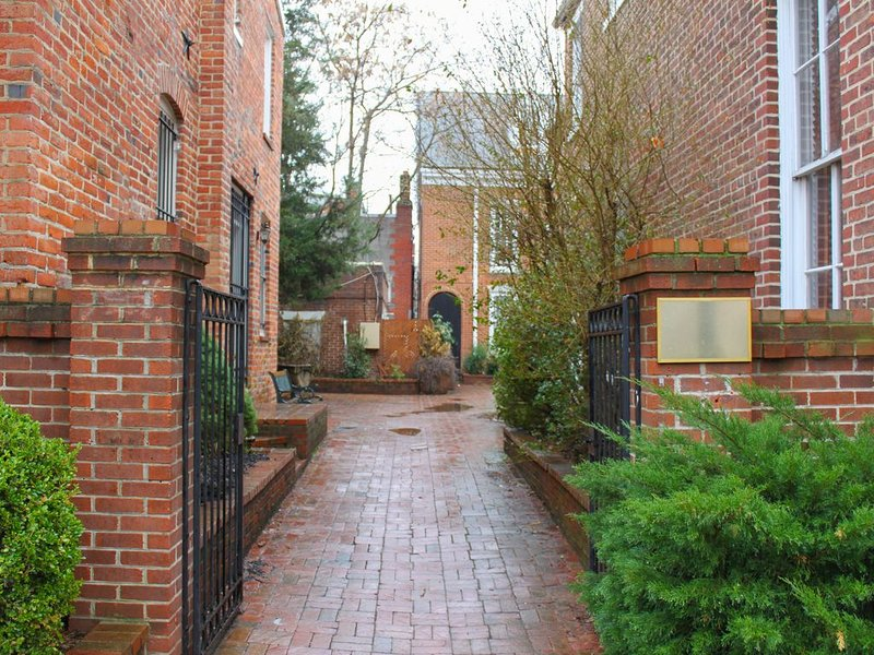 Quiet Charm In Heart Of Old Town Alexandria, holiday rental in Fort Washington
