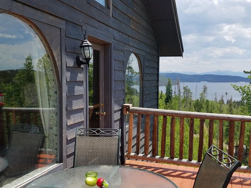 Gorgeous Home w Great Views & Reviews! In-town location! Early-season specials!!, aluguéis de temporada em Grand Lake