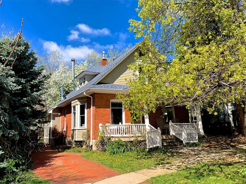 Walk to Pearl Street- With Great Backyard!, holiday rental in Boulder