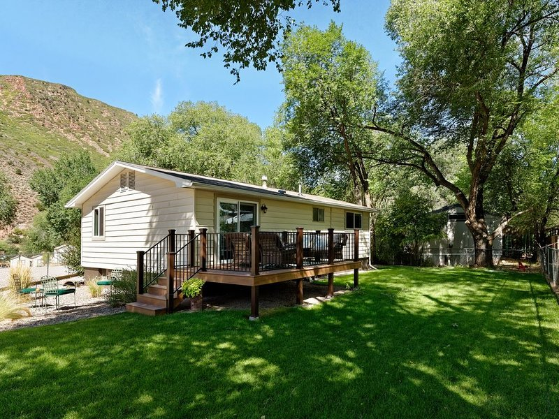 Quiet, pet friendly, enclosed yard, biking trails close by,, holiday rental in Glenwood Springs