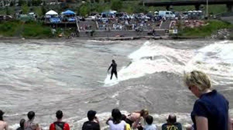 Surfer sur le Colorado près de Dairy Queen pendant la saison de ruissellement