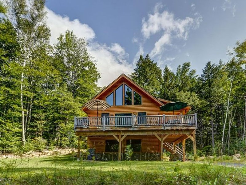 Gorgeous 4BR Log Home Near Storyland & North Conway. AC, Large Deck, WiFi!, casa vacanza a Bartlett