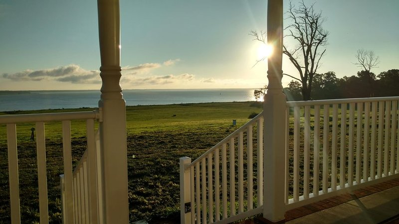 Gorgeous River Views/Private Beach - Peaceful Country Home close to Williamsburg, holiday rental in Smithfield