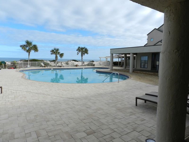 RENOVATED Ocean Front 2-story Condo  - Access to Amelia Island Golf & Beach Club, aluguéis de temporada em Fernandina Beach