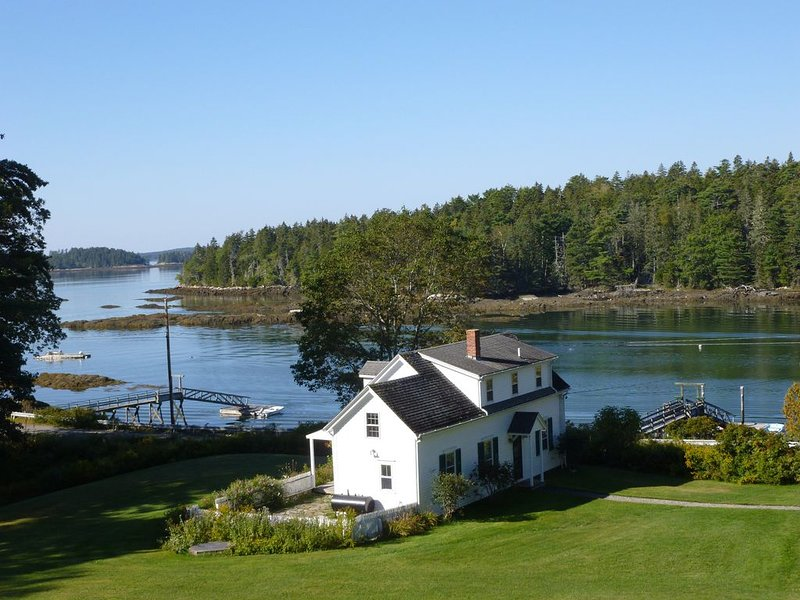 Beautiful Boothbay Harbor Waterfront Cottage with private dock, aluguéis de temporada em Boothbay Harbor