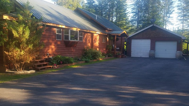 FLATHEAD RIVER RETREAT is located on the beautiful Flathead River, Ferienwohnung in Hungry Horse