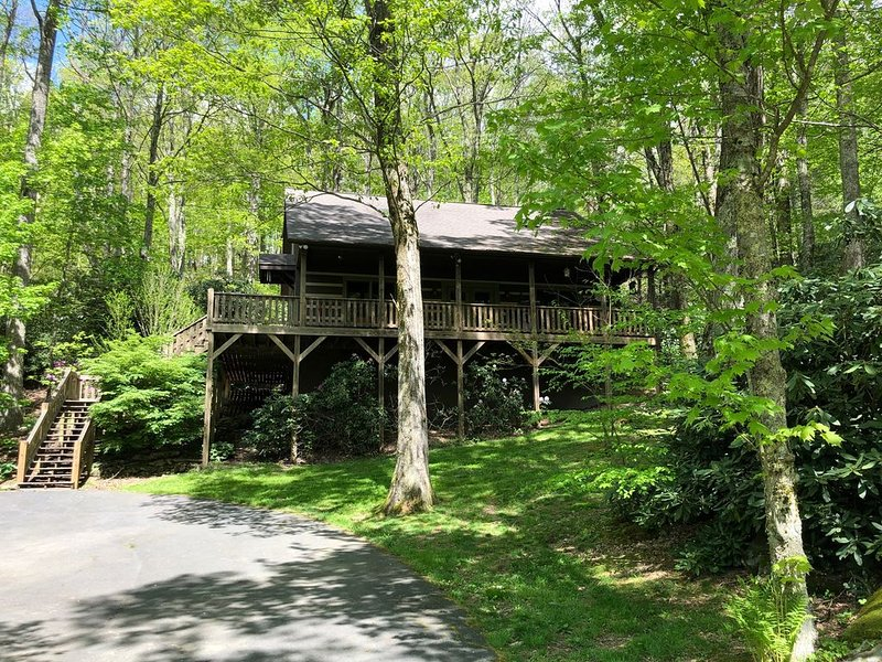 In Town! 3/2 Log Cabin In Boone; Park Like Setting; Pet Friendly, alquiler de vacaciones en Boone