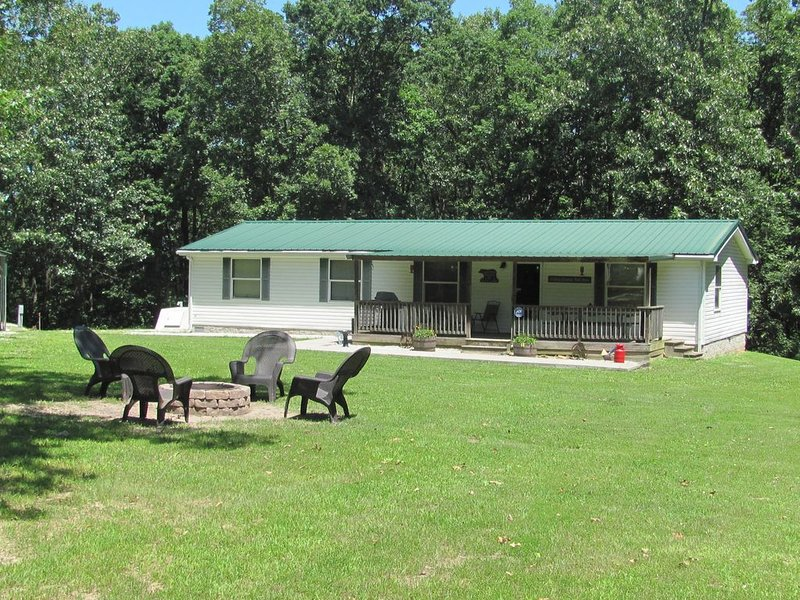 Secluded Home Outside Warsaw with big yard and lots of privacy., holiday rental in Tightwad