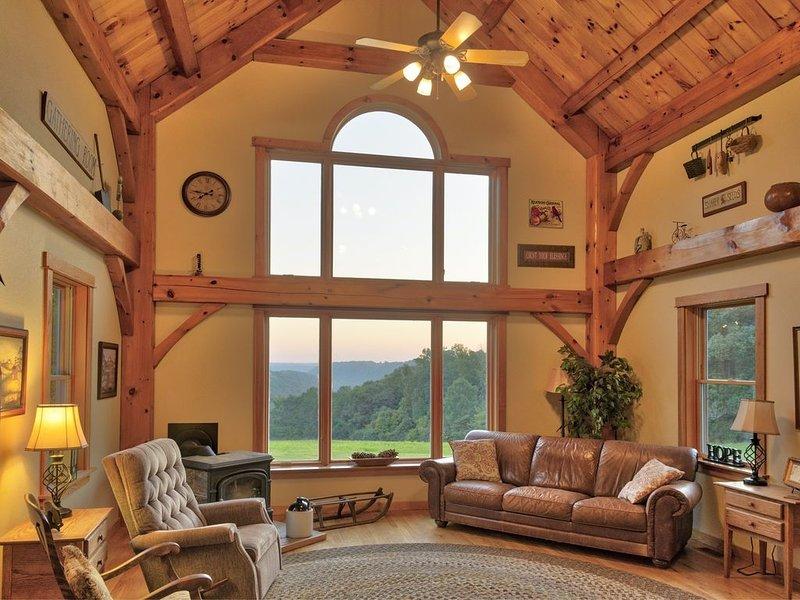 Lodge style home on 140 acre farm. Remote but close to much! Hot Tub, Pets, location de vacances à Lawrenceburg