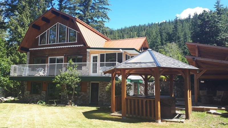 Beautiful Lakeview Vacation Home with Hot Tub -your gateway to the Shushwap, location de vacances à Swansea Point