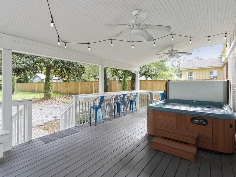 Fully Renovated 4 Bed 3 Bath House Close to everything with Hot Tub and Fire Pit, vacation rental in Nashville
