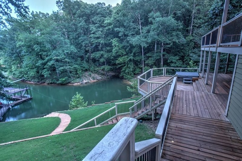 Relaxing lake home with hot tub and fire pit, holiday rental in Dawsonville