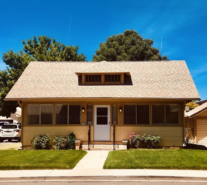 MTB Lovers! Downtown Fruita Bunglow! 8 Separate Beds-1/2 block from everything!, holiday rental in Fruita