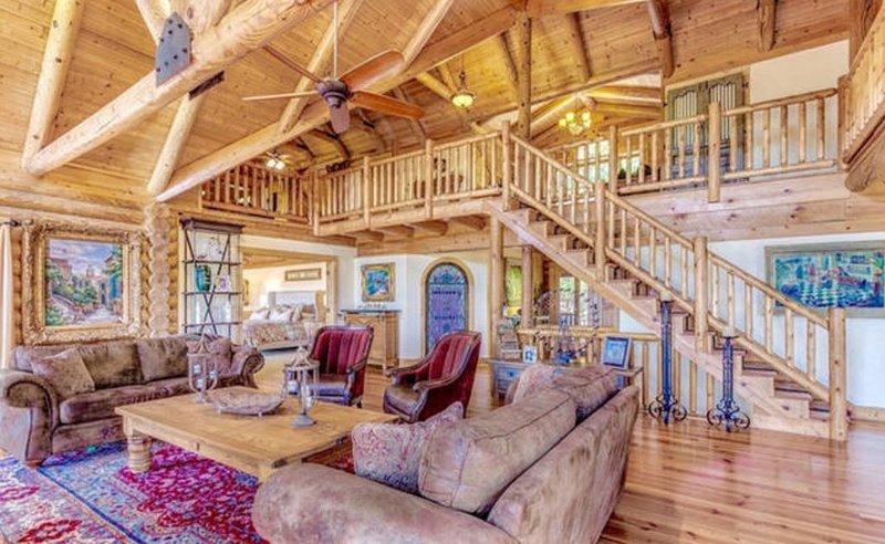 Custom built mountain lodge, with views of Amicalola and Appalachian mountains., holiday rental in Jasper
