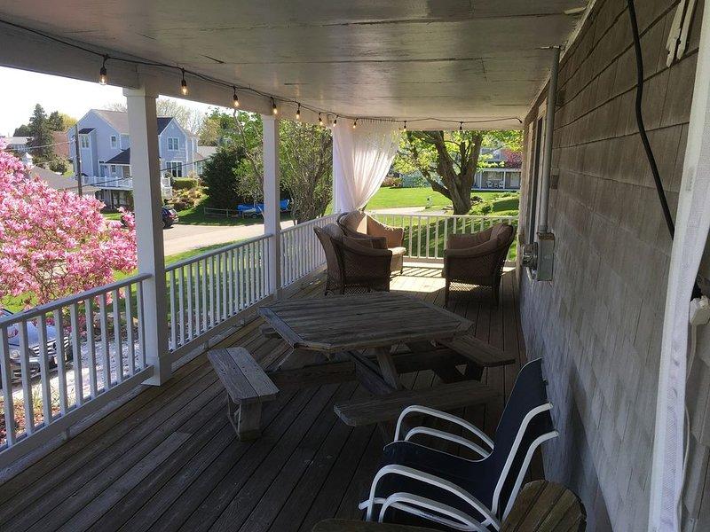 Grand porche avec moustiquaire rétractable.