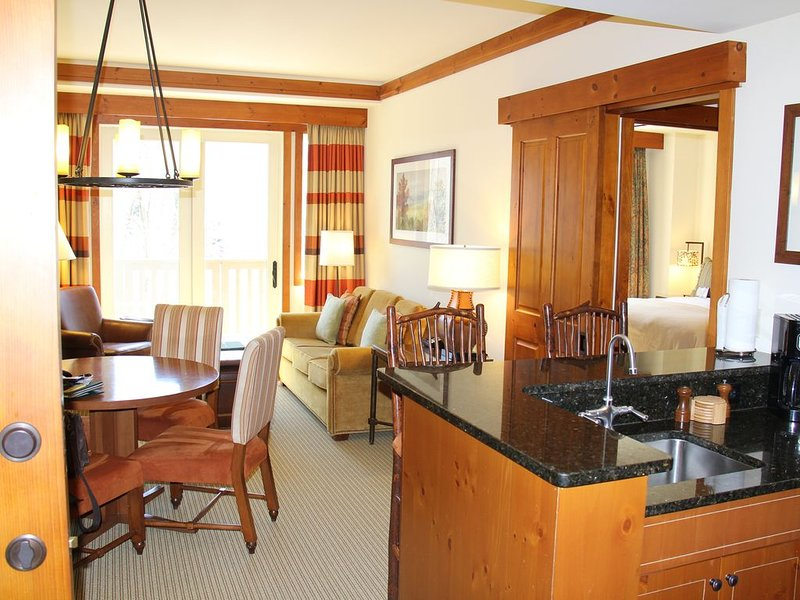 GREAT RATES!! The Lodge at Spruce Peak 2BR, 1BR or Classic Guestroom, alquiler de vacaciones en Stowe