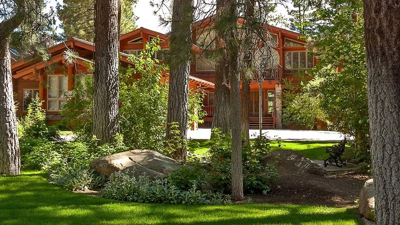 5300 sq ft home on the lake, 5 minutes to skiing., location de vacances à Big Bear Region