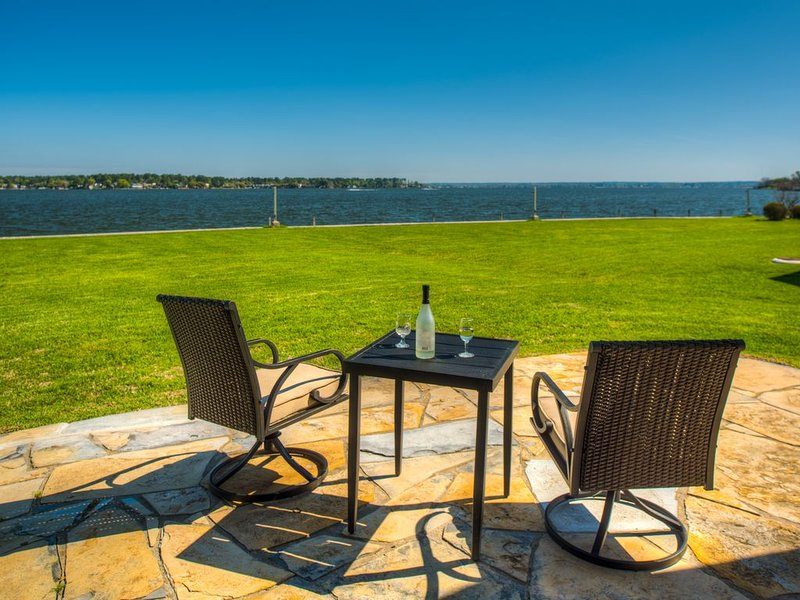 WATERFRONT CONDO  WITH AMAZING VIEW OF SUNRISE, SUNSET AND EXPANSIVE OPEN WATERS, holiday rental in Montgomery