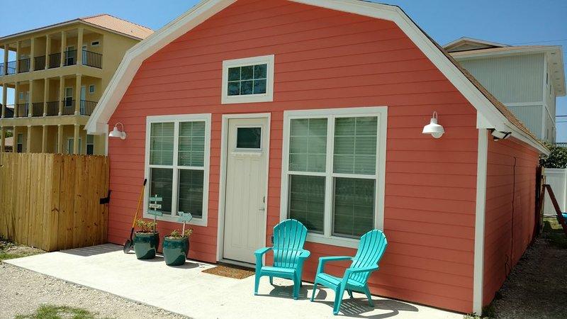 Pet friendly cottage one home back from beach! 50 Feet to water, aluguéis de temporada em Sunnyside