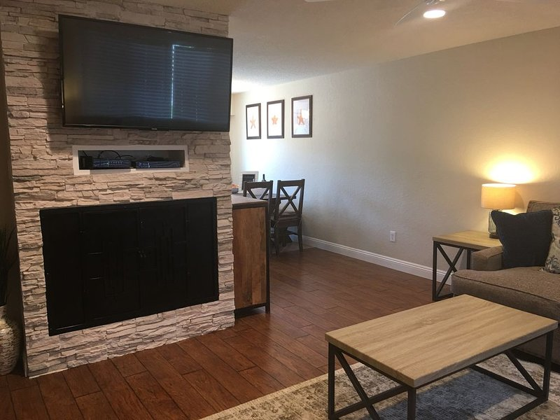 Stuck home and need a 30day beach getaway! 3bdrm, spacious, a/c, family/pet ok., holiday rental in Huntington Beach