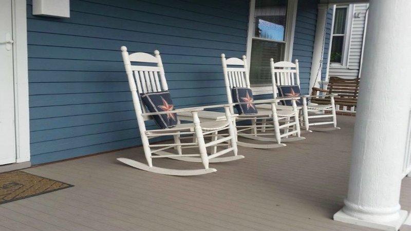 ¡Siéntate, relájate y disfruta del porche sombreado! Lugar perfecto en una tarde cálida!