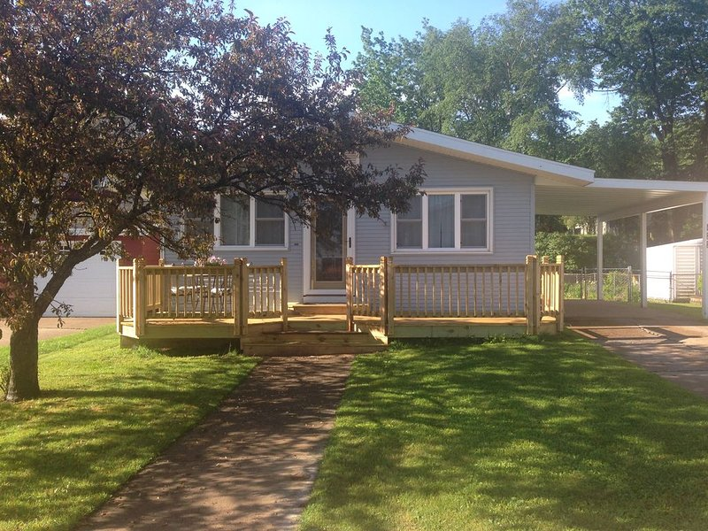 Stunning home just steps to the beach, bike path, downtown Marquette, and NMU, alquiler de vacaciones en Marquette