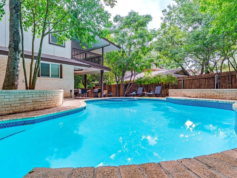 Huge home - private pool (COVID-19 ready) 20% discount 7 nights or more, holiday rental in Castle Hills