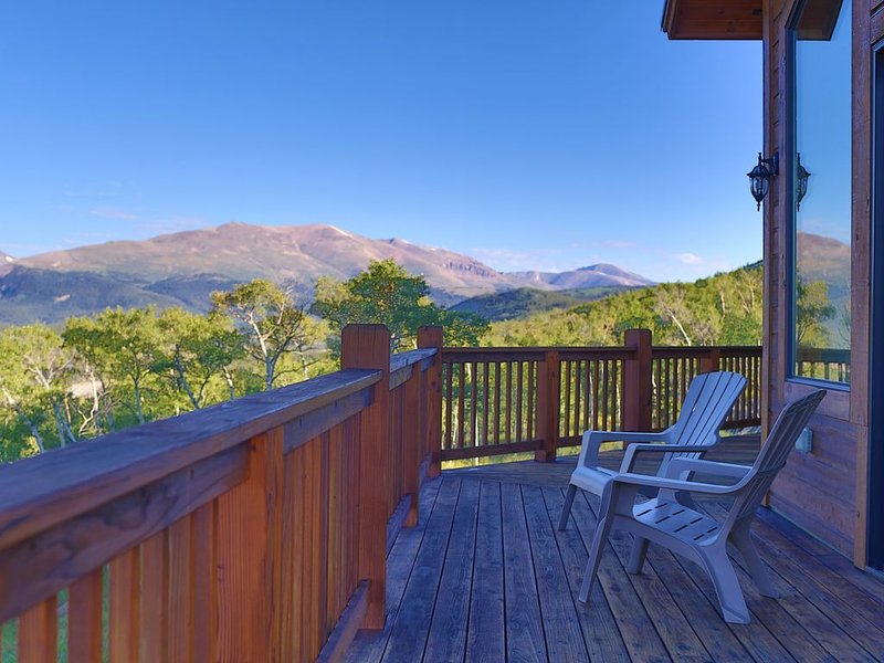 Multi-family mountain top retreat! 4 King master suites & 8 bunks. 20mi to Breck, holiday rental in Fairplay