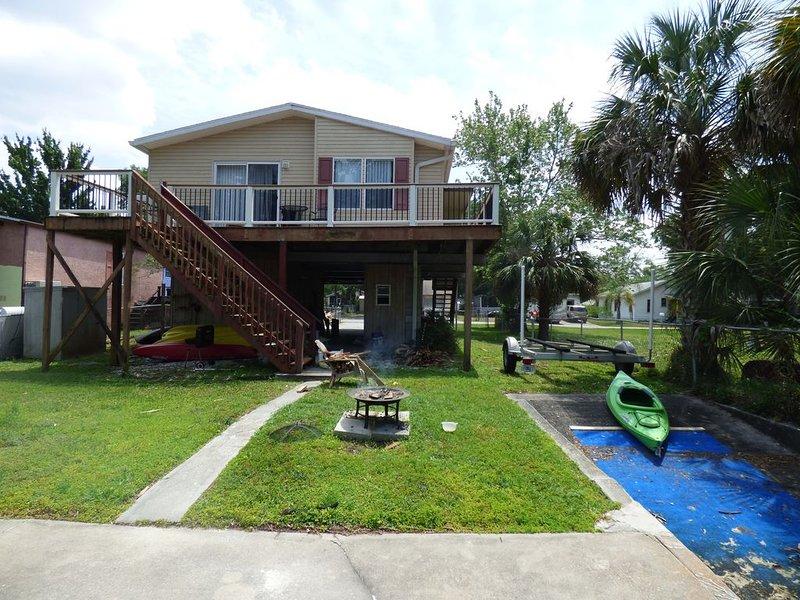 Amazing Waterfront House, Weeki Wachee - Use of 4 Kayaks, vacation rental in Weeki Wachee