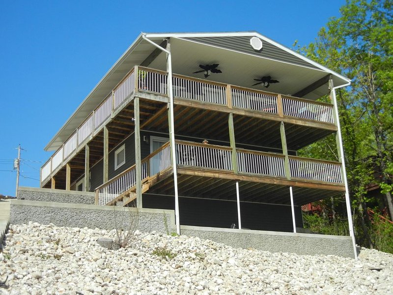 Remodeled Lakefront Home, Amazing Views, Cove Protection, 10% off 7+ Night stays, holiday rental in Four Seasons