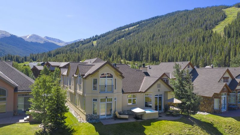 Stunning 6BR 6BA ski in ski out Golf Course Home! Hot Tub- Mountain views, alquiler vacacional en Copper Mountain