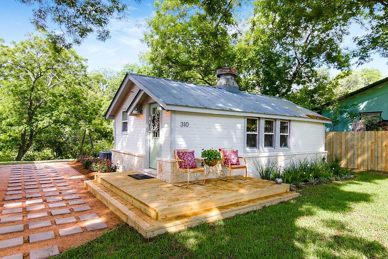 Early 1900's renovated house within walking distance to downtown Boerne, Tx, holiday rental in Sisterdale