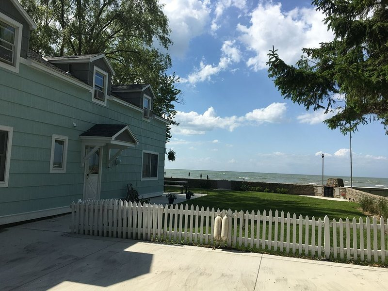 Lake Front Nautical Themed Home with Private Yard & Sandy Bottom Water Access!, holiday rental in Port Clinton