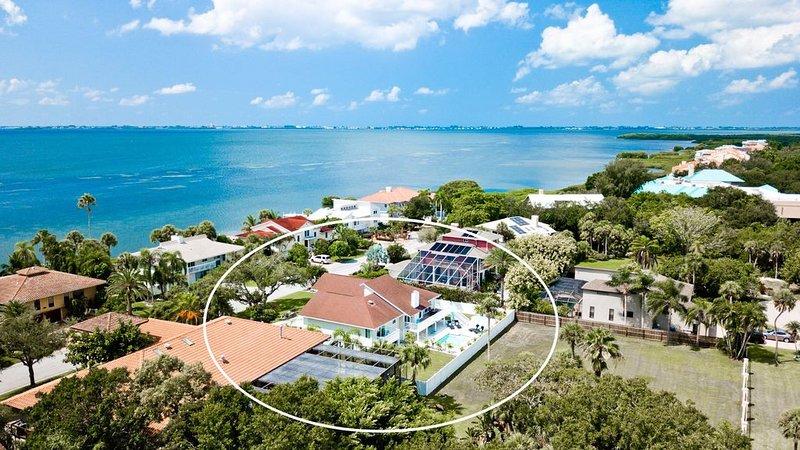 Bayside Escape - 4 BR/4 BA Pool Home, 8 mi to Beach, by IMG Academy Golf Course, holiday rental in Bradenton