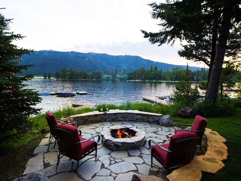 Lakehouse- Private Dock, Fireplace, Hottub, Firepit, Canoes, Bikes, Paddleboards, alquiler vacacional en Donnelly