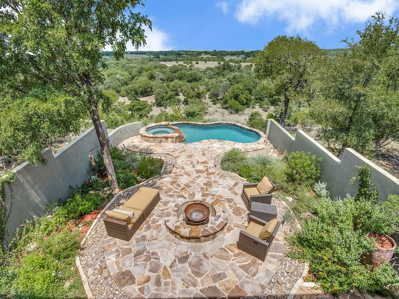 Relax and Enjoy Hill Country Views High Above the Guadalupe River, casa vacanza a Spring Branch