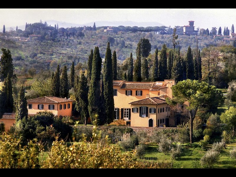 ONE MILE FROM HEART OF HISTORIC FLORENCE, STUNNING 5BD-5BA VILLA W/ HEATED POOL!, holiday rental in Galluzzo