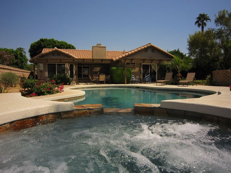 Desert Retreat with PRIVATE SALT-WATER POOL & SPA on large mountain view lot, holiday rental in La Quinta