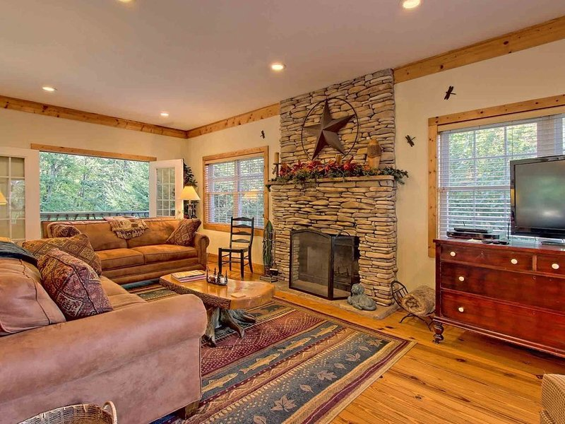 Beautiful lodge, 4 king bedrooms, all with private baths! 5 decks to enjoy., vakantiewoning in Rabun County