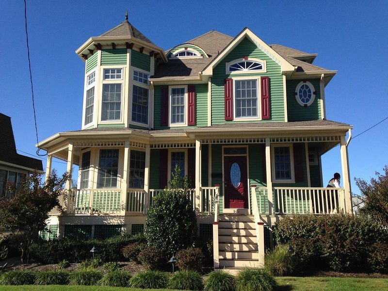 Modern Victorian, within town center, 2 blocks to beach, minutes walk to mall, holiday rental in Cape May
