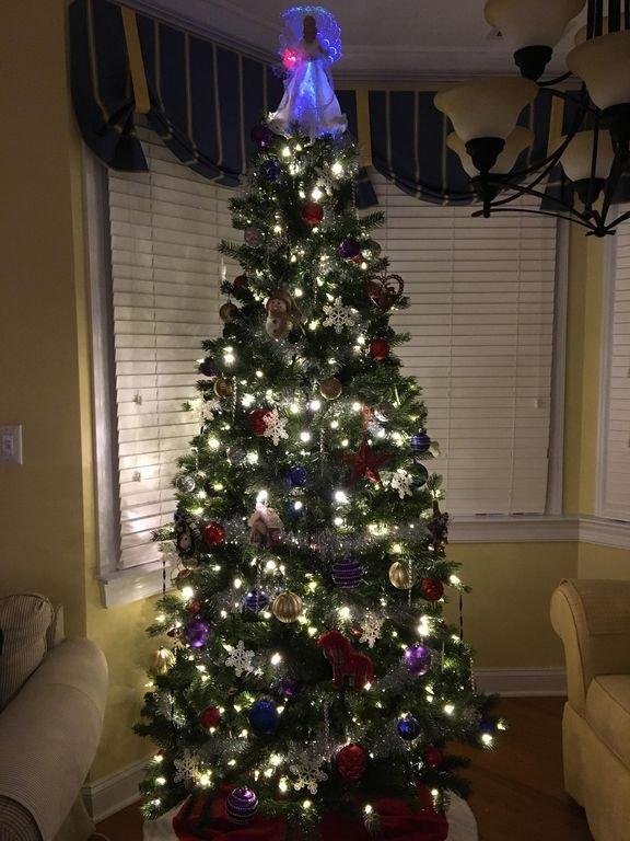 Arbre de Noël dans le salon à partir de 2017. Noël 2018 est juste au coin de la rue.
