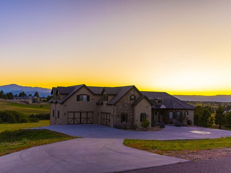 Million Dollar Mansion With Epic Mountain Views, Endless Hot Water, vacation rental in Black Forest