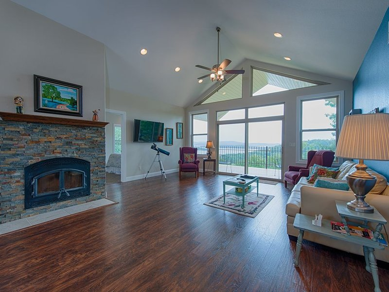 Million Dollar Views Plus Lake Access and Free WiFi, holiday rental in Rogers