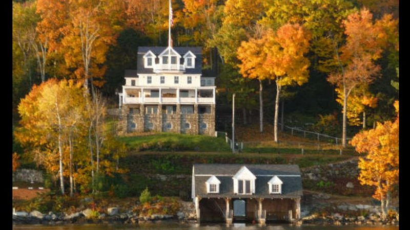 Lake Winni's Finest Waterfront Restored Mansion w/Boathouse and Private Beach, alquiler de vacaciones en Gilford