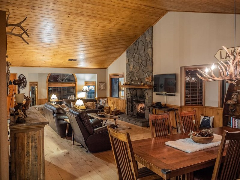 Rustic Mountain Lodge Spacious 4 bedrooms, Game Room, 4 baths, 3 Large Decks., vacation rental in Lake Arrowhead