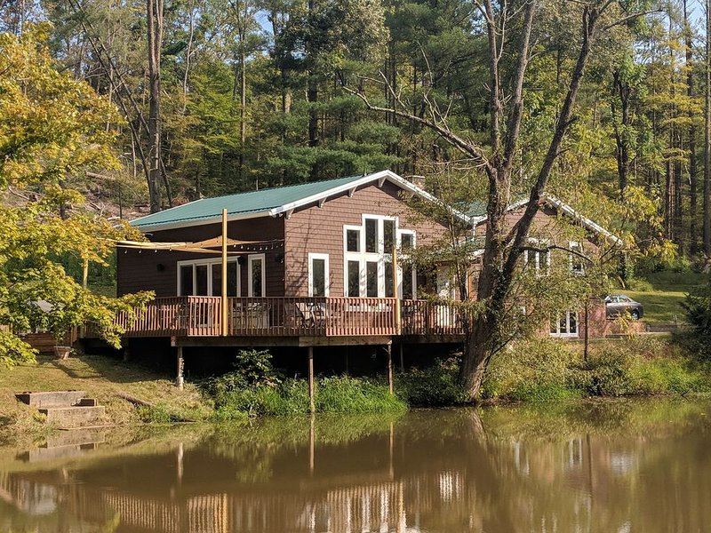 Secluded 4 Bedroom, 2 Full Bath Waterfront Home Located On 82 Private Acres!, Ferienwohnung in Laurelville