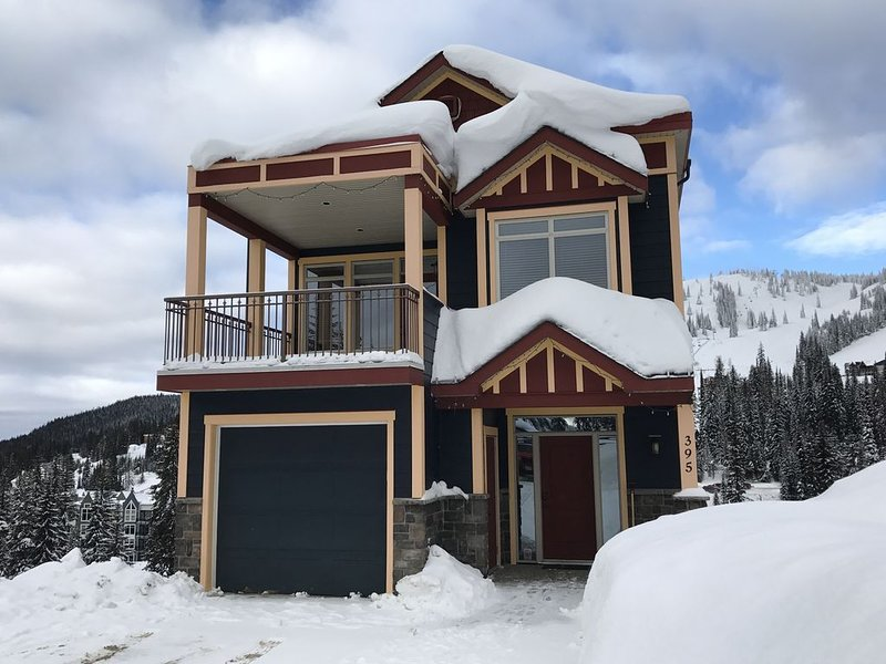 Dream Catcher - Luxury Mountain Chalet, 50 Metres from Village, Ski In/Ski Out, vakantiewoning in Vernon