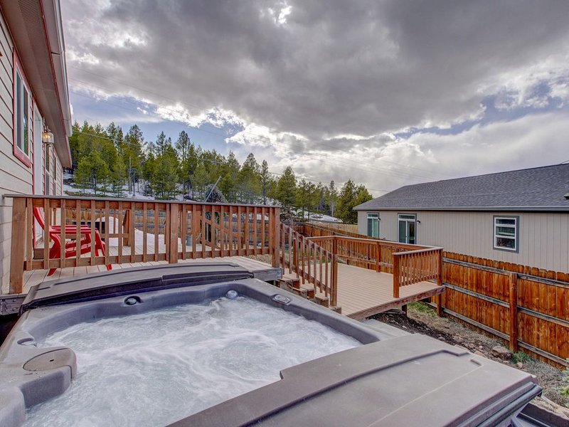 Josephine House- PET FRIENDLY-15 Min to Ski Cooper w/ HOT TUB!, vacation rental in Leadville